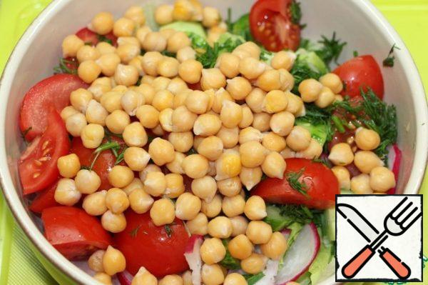 Add chickpeas. Season the salad with olive oil mixed with lemon juice, season with coarse salt and freshly ground black pepper. Stir.