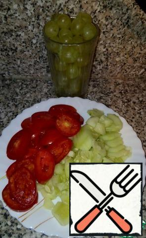 Tomatoes, cucumber cut into circles. Add grapes, cauliflower, salt to taste. Season with yogurt.