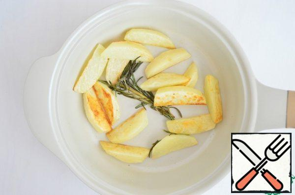 Cut the potatoes into slices and fry in olive oil with a sprig of rosemary. Add salt and pepper to taste. To make the potatoes more crispy, fill them with cold water for 30-60 minutes, so that the starch goes into the water. The older the potatoes, the less you need to soak.