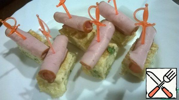 Use a skewer to combine the boiled pork and egg pancake.