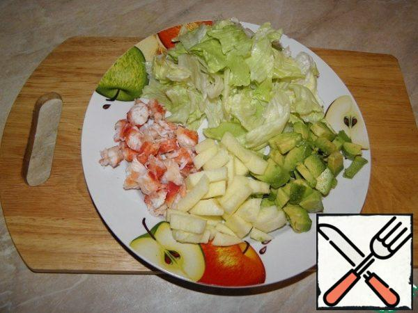 Avocado (ripe) peel, cut into cubes (you can sprinkle with lemon juice so as not to darken), wash the salad leaf, pick medium pieces, crab meat or cut into pieces, or grate on a coarse grater, peel the apple, cut into cubes.