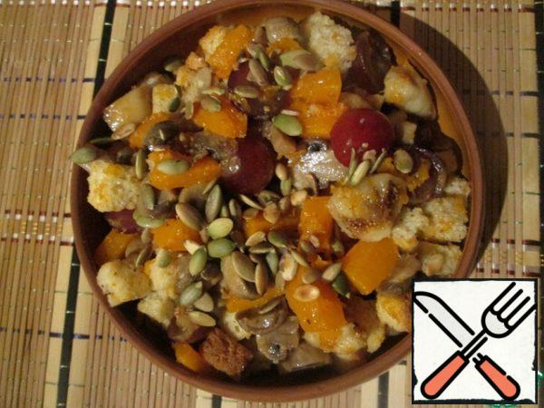 After all the ingredients are prepared, put them in a bowl. In a dry pan, fry the pumpkin seeds lightly. Add crackers to the salad, mix, salt and pepper to taste, sprinkle with vegetable oil. Before serving, sprinkle with pumpkin seeds.