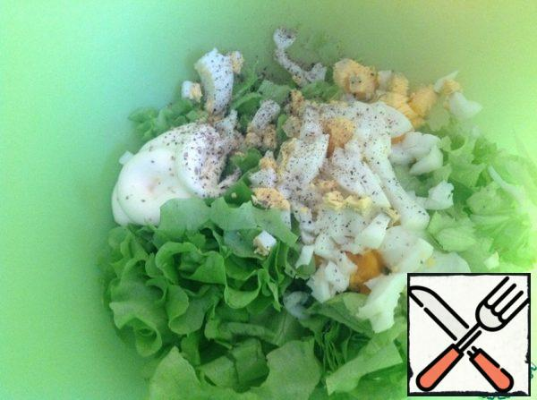 Chop the lettuce leaves. Add mayonnaise and ground pepper. cut the eggs into cubes.