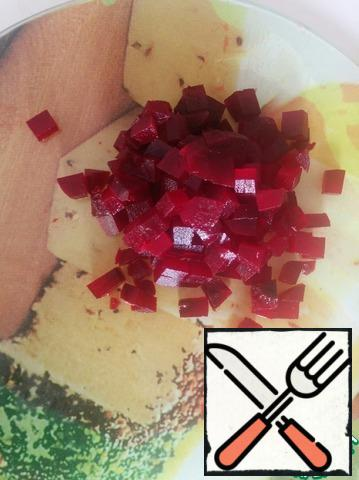 Cut the beets into small cubes.