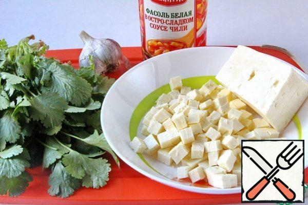 Cheese cut into small cubes. Cheese for this salad can be taken any, to your taste. It can be Serbian, Fetaki, and Bulgarian, with the only clarification: the cheese should not be too salty. You need to choose varieties that are more neutral in taste. I used Bulgarian lightly salted cheese, because it does not disintegrate when mixed and retains the shape of a cube.