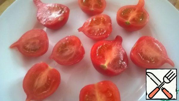 Cut tomatoes in half.