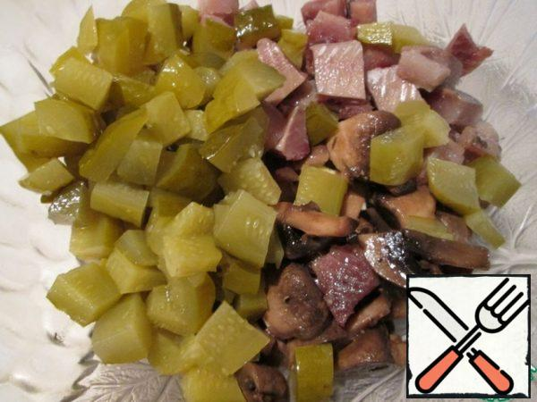 Cut the cucumbers into cubes, chop the onion finely, combine all the ingredients. Pepper it. I did not salt the salad, it has enough salty ingredients.