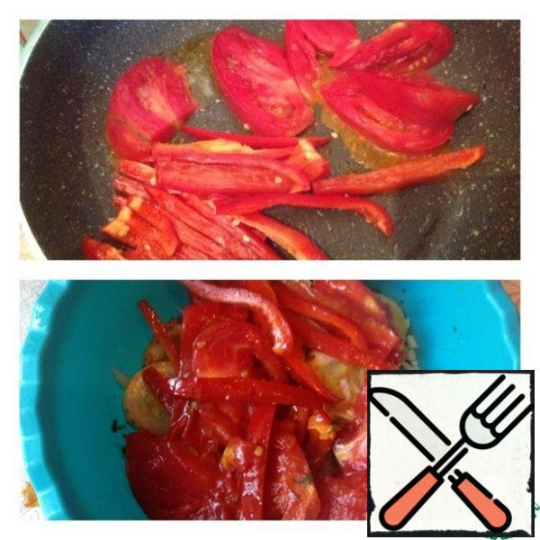 Pepper cut into strips, tomatoes are quite large slices. Fry for a couple of minutes in vegetable oil. So that the vegetables become soft, but remain al dente. Place on top of the zucchini with garlic. Gently mix the salad.