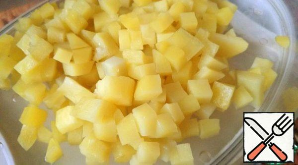 """Boil the potatoes and egg until tender, cut into small cubes. I used a steamer: cut the potatoes into cubes, and then """"steamed"""" together with the egg-15 minutes - in everything is ready. The main thing is not to forget to add salt."""