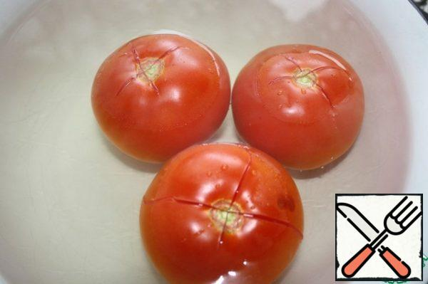 Tomatoes cut and pour boiling water for 8 minutes.