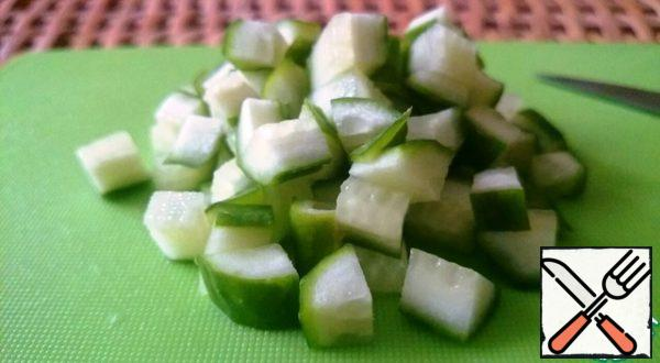 Cut the cucumber into cubes.