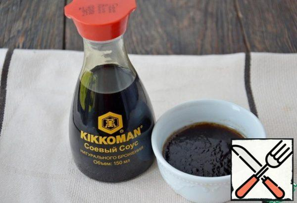 First you need to prepare the salad dressing. To do this, thoroughly mix soy sauce, liquid honey, lemon juice and vegetable oil. Set the sauce aside.