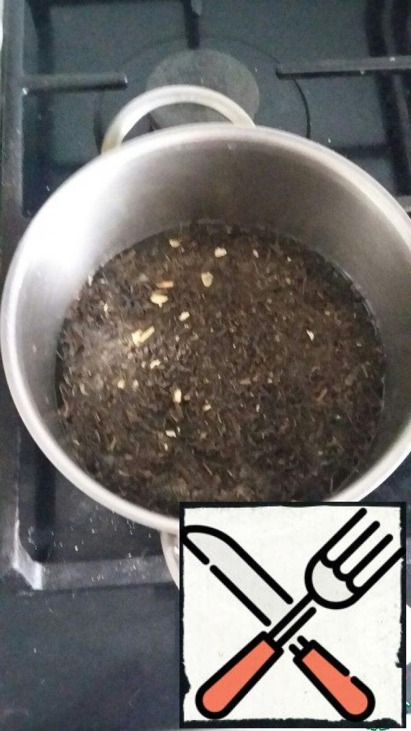 In a small saucepan, pour water and pour the tea leaves.