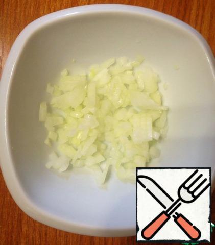Finely chop the onion and pour a little lemon juice.