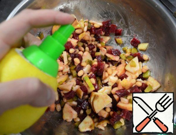 We open the beans and send everything to the salad bowl. Mix, sprinkle with lemon juice, salt, pepper, and butter. Mix again,