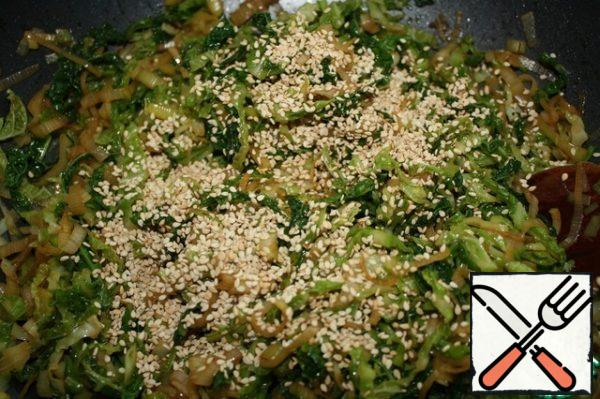 After removing the vegetables from the heat, add soy sauce or teriyaki sauce, vinegar and salt to taste. Finely chop the garlic and add it too. Fry the sesame seeds and sprinkle the salad. Mix everything well.