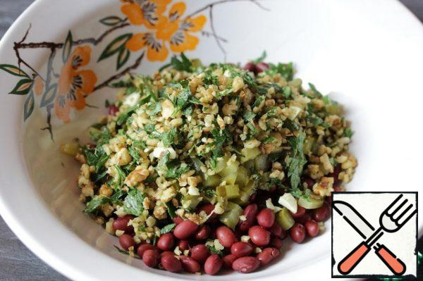 Season the salad with Abkhazian salt (if you do not have it, use the usual one, but add spices to the salad, for example, hops-suneli) and walnut oil.