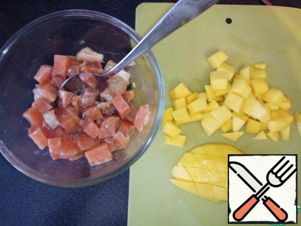 Mango cut into the same pieces as the fish. Connect with fish. We try to taste what is missing. Maybe you need to add salt or pepper. Lemon juice is also usually worth adding. Maybe some more sugar. Make sure you consider your taste preferences.