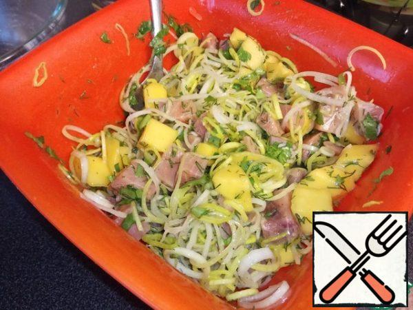 Mix the fish with mango and herbs. Leave to infuse. Again we try what is missing. season the finished salad with olive oil.