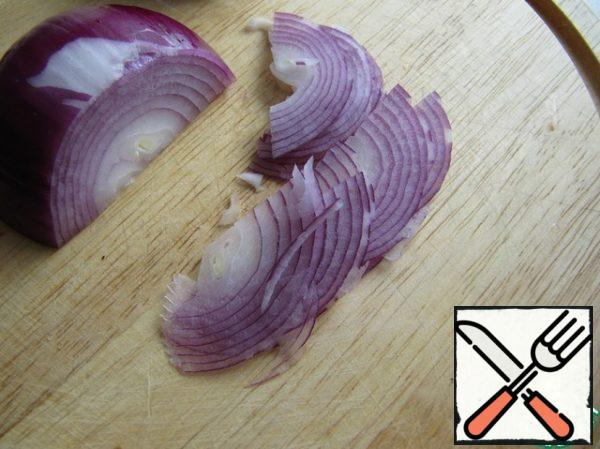 Cut the red onion into small strips.