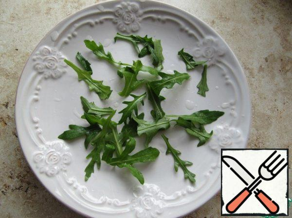 Pick the arugula leaves coarsely, pour out the lentils, season with vegetable oil, bring to taste with salt and pepper, and put the pickled tofu cheese on top.