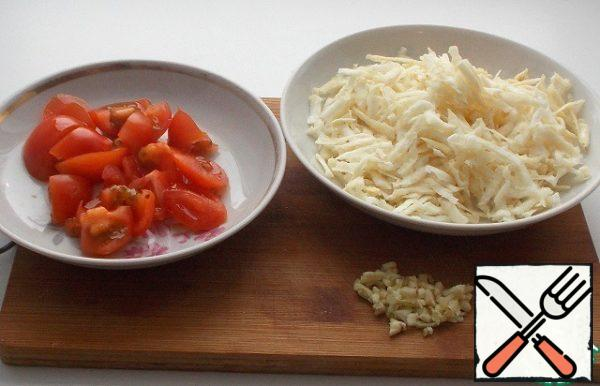 Celery grate on a coarse grater, finely chop the tomato. Chop the garlic.