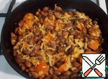 And fall asleep boiled or canned beans. Salt and pepper to taste.