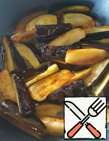 In the same oil, fry the eggplant, cut into cubes. Put it on napkins to get rid of excess oil.