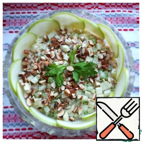 Sprinkle almonds on top of the salad and decorate the edges with thin Apple slices.