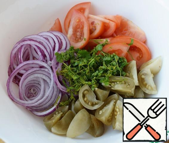 chop the vegetables and herbs. Tomatoes I cut into large slices, onion rings.
