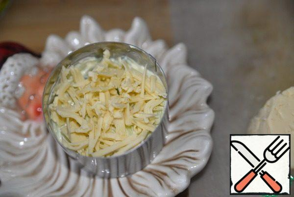 The next layer put the grated cheese.