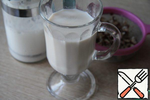 """""""Nutty"""" milk pour into a glass for serving, and left-to foam. The optimal temperature for foaming milk is 60-65 degrees! Pour whiskey and wine into a glass and mix. Pour the milk with foam and sprinkle with ground cinnamon."""