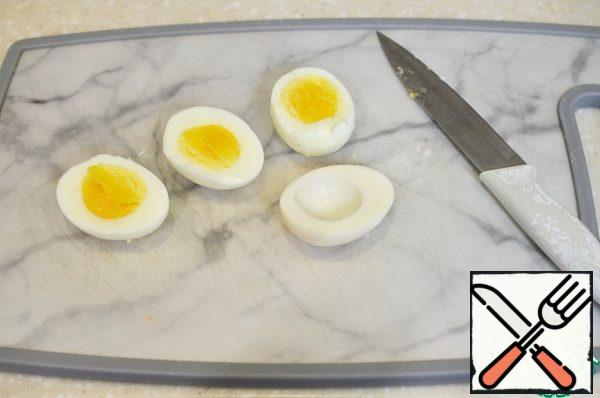 Boil the eggs hard-boiled. Cut three eggs in half lengthwise and remove the yolks.
