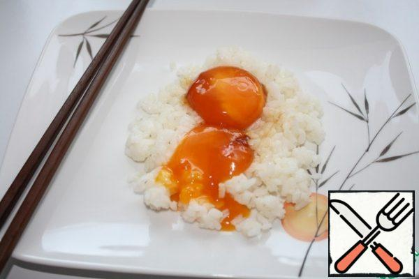 For 8 hours, the yolks are covered with a strong shell, and inside there will be a thick yolk soaked in sauce. And if you keep it for a day, the yolks will become amber in color and even thicker. Together with rice, it is very tasty.