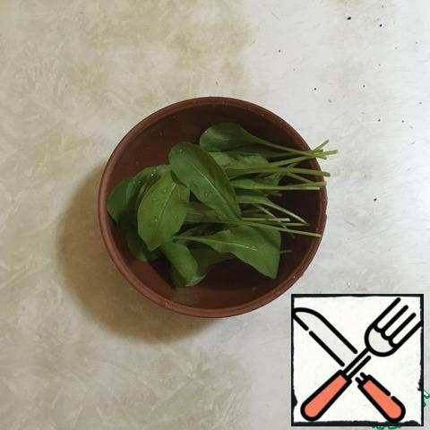 Wash the arugula, dry it, and disassemble it into leaves.