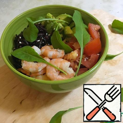 Assemble the bowl-put the lettuce leaves on the bottom, break the bowl into 4 quarters and put the rice, tomato, avocado and shrimp in them. You can also use any other serving option you like.