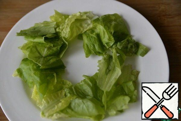 Before serving, we tear the washed, dried lettuce leaves.