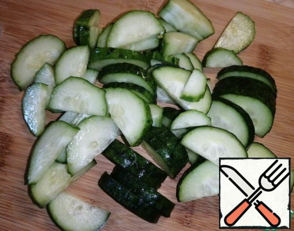 Cut the cucumber into half rings.