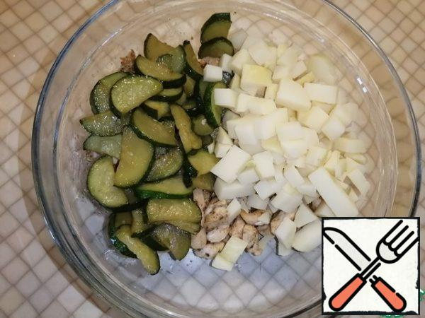 Cut the boiled potatoes into small cubes and put them in a bowl with the rest of the ingredients. Mix everything well. If you do not have enough vegetable oil, you can add a little more to the salad bowl.