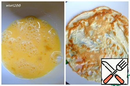 Heat a frying pan (24 cm diameter) with 0.5 tablespoons of vegetable oil. Beat the egg with salt. Pour the egg into the pan, swaying it from side to side so that the egg spills over the entire surface of the pan. Fry the pancakes until browned on both sides. Repeat the procedure with another egg, using the remaining oil.