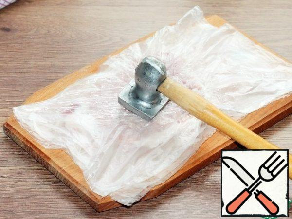 Put the meat plates alternately in a transparent bag and beat off with a hammer on both sides.