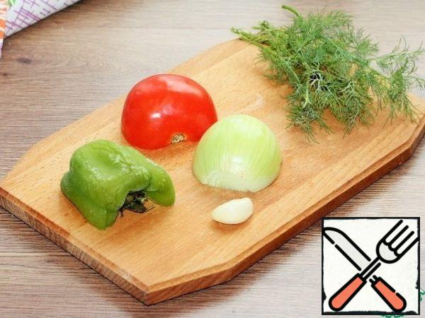 Prepare the vegetables for the filling; peel the garlic (1 tooth) and onion (0.5 PCs) from the tomato, remove the pulp, and pepper seeds.