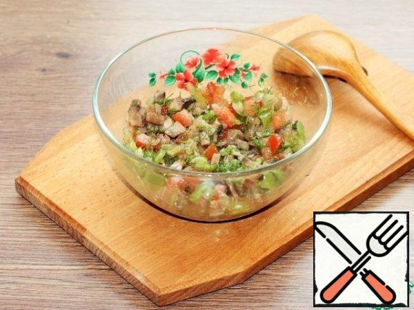 For the filling, mix the prepared vegetables (pressed garlic, pepper and tomato) with dill (1/2 part) and mushrooms with onions (3 tbsp), salt and pepper.