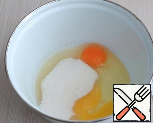 In a bowl, add the chicken egg (2 PCs.), add sugar (100 gr.). Beat the egg-sugar mixture until white.
