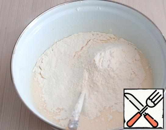 Gradually, in portions, enter the total amount of flour (200 gr.). mix the Mixture.