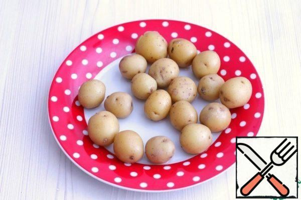 Before you start cooking the dish itself, you need to boil the mini-potatoes in a uniform in salted water. The number of potatoes and their size can be adjusted to your taste. Next, cool the potatoes and remove the skin. In this recipe, I partially peeled the skin. Set the potatoes aside.