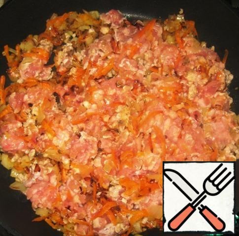Heat a little vegetable oil in a frying pan and fry the onion and carrot until Golden. Add the ground beef. Stir and fry together with the minced meat on a low heat for another 5-6 minutes, do not forget to mix.