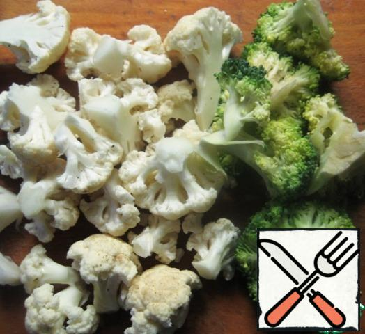 Sort the cauliflower and broccoli into inflorescences.