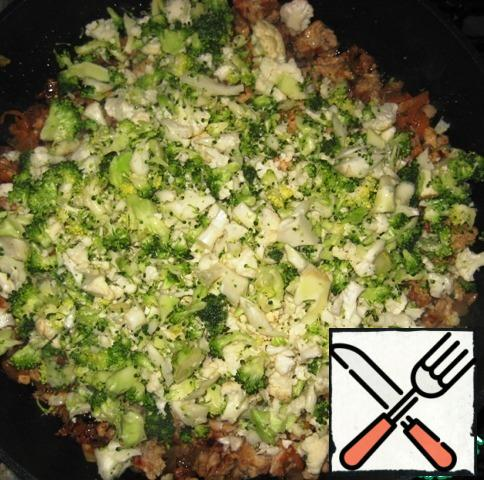 Add the shredded cabbage to the pan with the minced meat. Mix the minced meat. Fry for another 3-4 minutes, stirring occasionally.