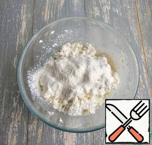 Sift the flour and mix well. Wash the parsley, finely chop, and add to the curd mass, mix.
